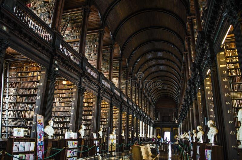 Il libro di Kells, la biblioteca lunga della stanza nella biblioteca di Trinity College a Dublino, Irlanda fotografia stock libera da diritti