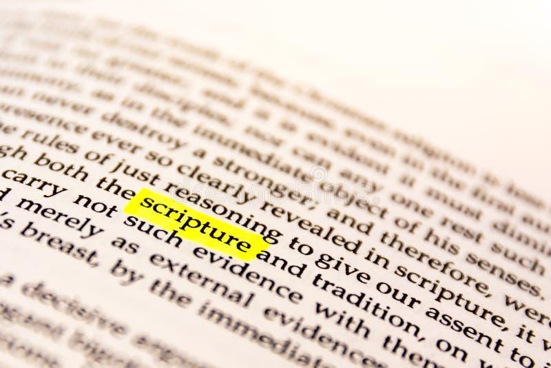Il libro ha evidenziato la carta fluorescente gialla vecchio Keywor dell'indicatore di parola immagini stock libere da diritti