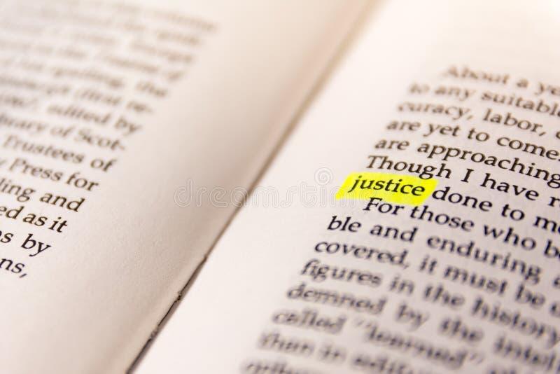 Il libro ha evidenziato la carta fluorescente gialla vecchio Keywor dell'indicatore di parola fotografie stock