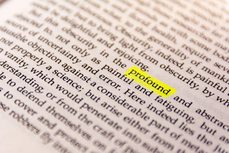 Il libro ha evidenziato la carta fluorescente gialla vecchio Keywor dell'indicatore di parola fotografia stock libera da diritti