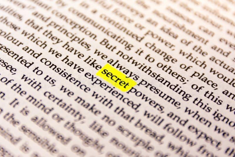 Il libro ha evidenziato la carta fluorescente gialla vecchio Keywor dell'indicatore di parola immagine stock
