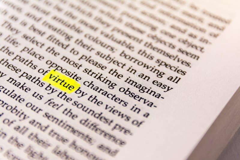 Il libro ha evidenziato la carta fluorescente gialla vecchio Keywor dell'indicatore di parola fotografia stock
