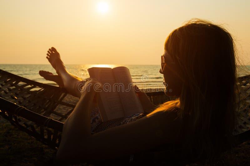 il libro legge la donna fotografia stock