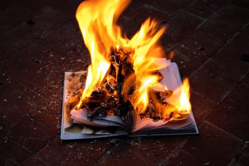 Il libro ? su fuoco immagini stock libere da diritti