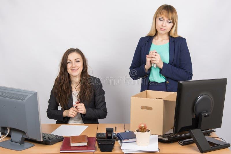 Il licenziamento dei colleghi è la gioia nell'impiegato di ufficio fotografie stock