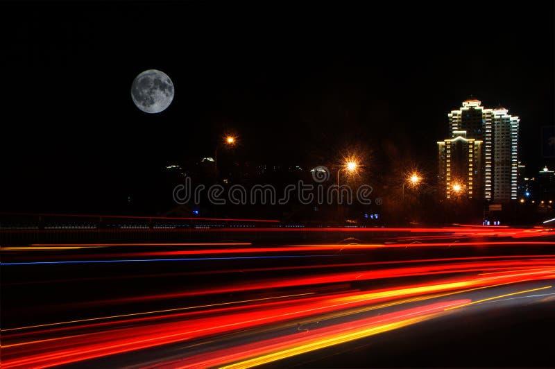 Il ligh della strada sotto la luna fotografia stock libera da diritti