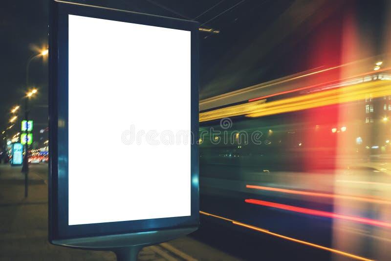 Il lightbox in bianco alla notte con l'automobile si accende nel mosso immagini stock libere da diritti
