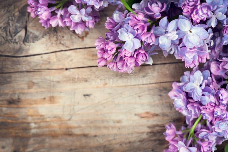 Il lillà fiorisce il mazzo sopra fondo di legno immagini stock libere da diritti