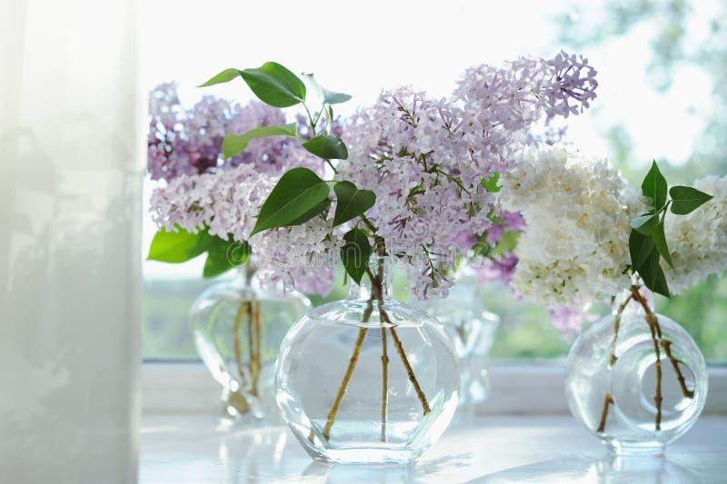 Il lillà viola fiorisce il mazzo in vaso immagini stock libere da diritti
