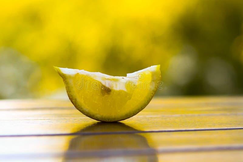Il limone del taglio pieve sulla tavola di legno del caffè sul fondo verde dell'estate immagini stock