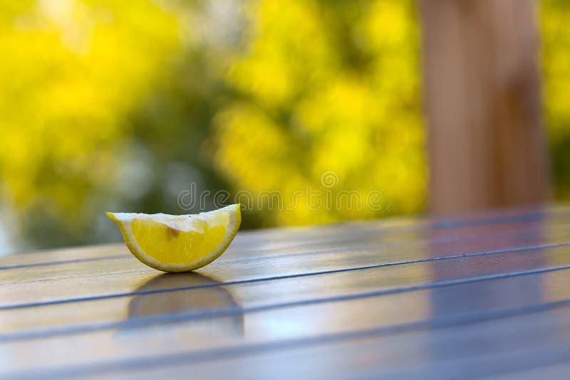 Il limone del taglio pieve sulla tavola di legno del caffè sul fondo verde dell'estate fotografie stock libere da diritti