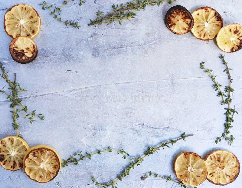 Il limone ed il timo stroncano il fondo posto della struttura del confine fotografie stock