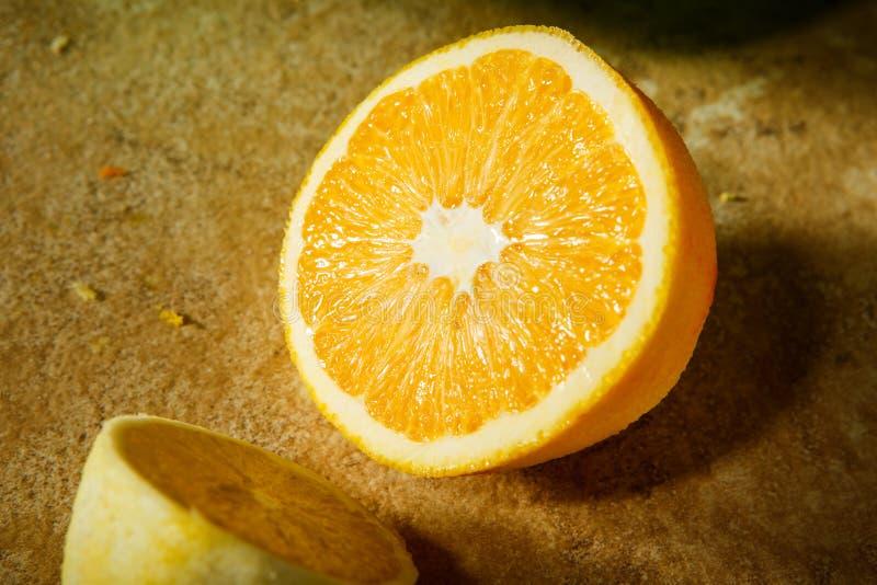 il limone succoso cutted a metà si trova sulla tavola immagini stock libere da diritti