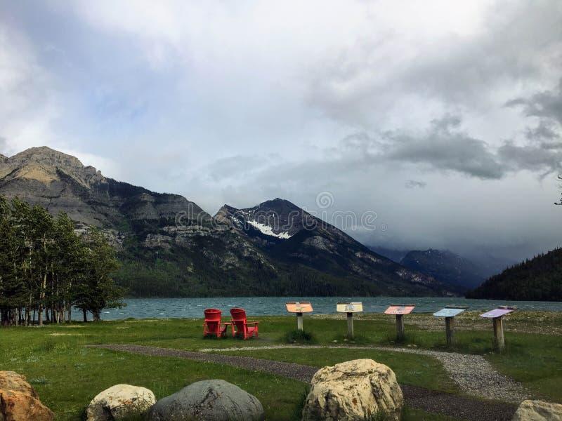 Il litorale del lago del waterton un giorno ventoso del ` s di estate con una i fotografie stock libere da diritti