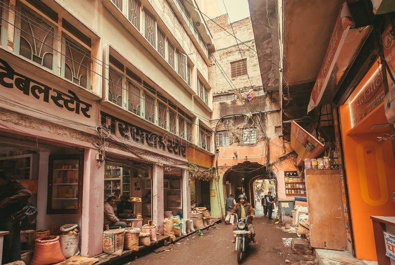 Il locale compera con alimento e le spezie sulla via stretta della città indiana storica del Ragiastan fotografia stock