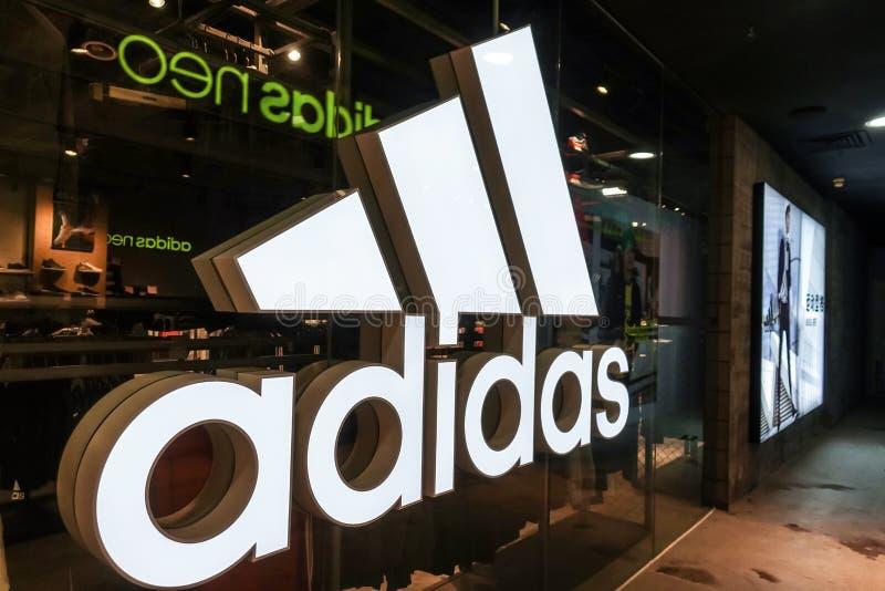 Il logo di Adidas mette in mostra la parte anteriore della finestra del dettagliante fotografia stock libera da diritti