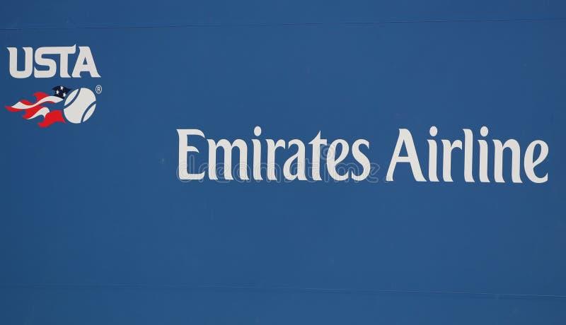 Il logo di associazione del tennis degli Stati Uniti e la linea aerea principale degli emirati del garante firmano a Billie Jean  fotografia stock