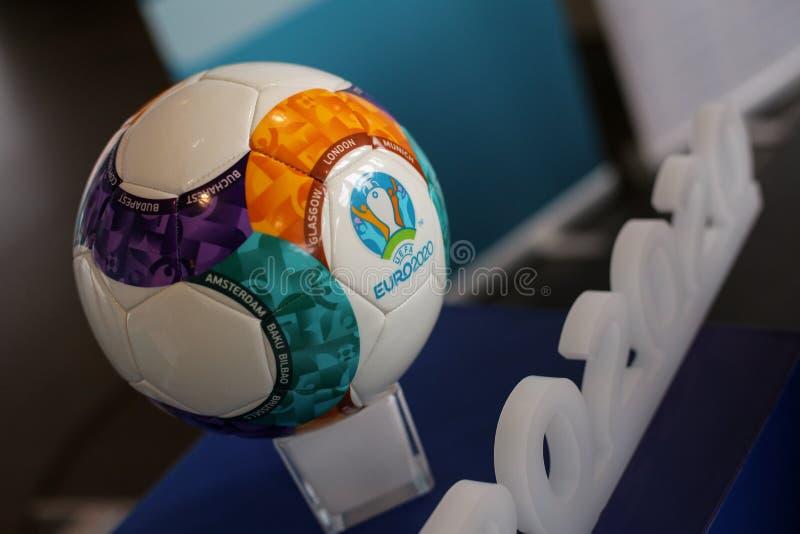 Il logo 2020 di campionato di calcio di europeo di UEFA 2020 e la palla ufficiale immagine stock