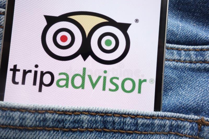 Il logo di Tripadvisor visualizzato sullo smartphone nascosto in jeans intasca fotografia stock libera da diritti