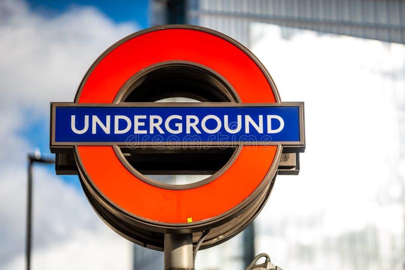 Il logo sotterraneo ed il sottopassaggio di simbolo firmano dentro Londra immagini stock