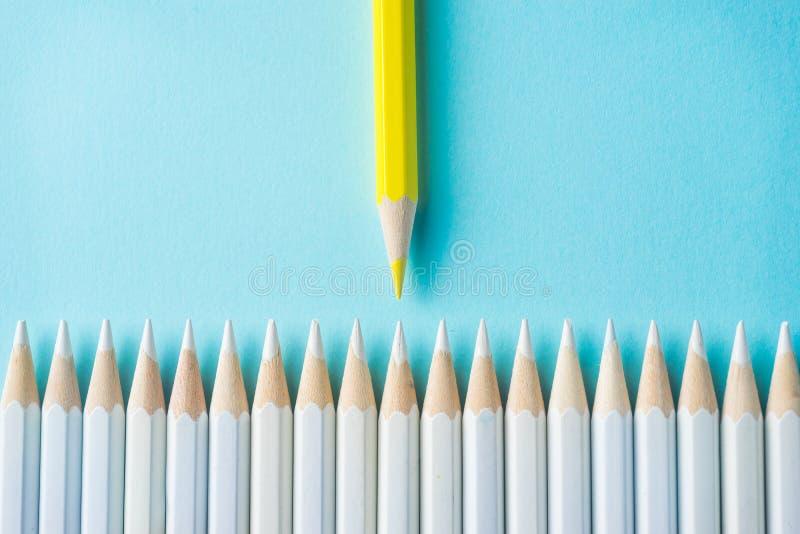 Il lotto delle matite bianche ed il colore disegnano a matita sul fondo della carta blu simbolo del ` s della lotta, della direzi fotografia stock libera da diritti
