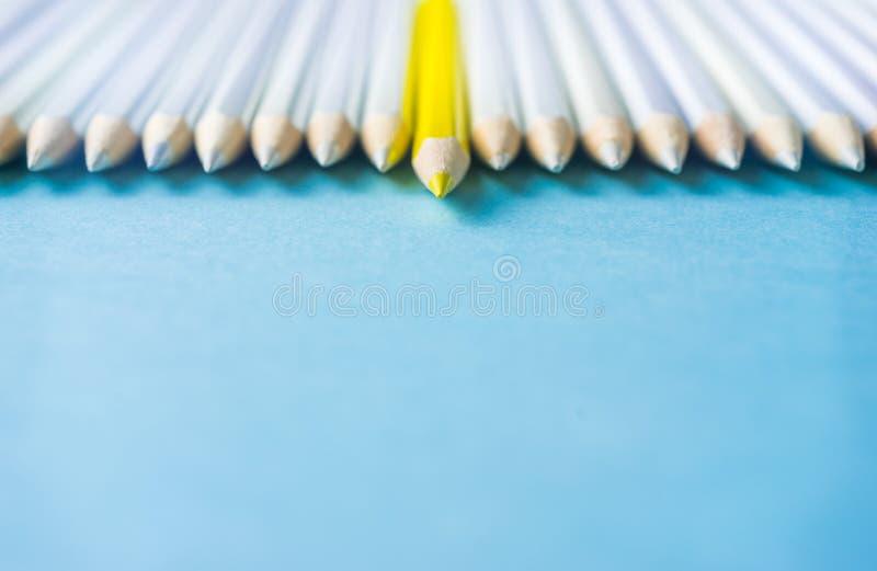 Il lotto delle matite bianche ed il colore disegnano a matita sul fondo della carta blu simbolo del ` s della lotta, della direzi immagini stock libere da diritti