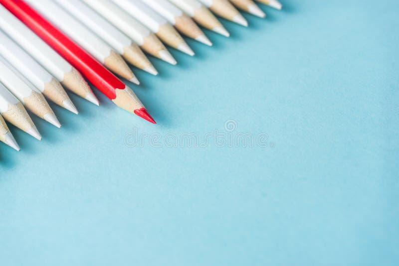 Il lotto delle matite bianche ed il colore disegnano a matita sul fondo della carta blu simbolo del ` s della lotta, della direzi immagine stock libera da diritti