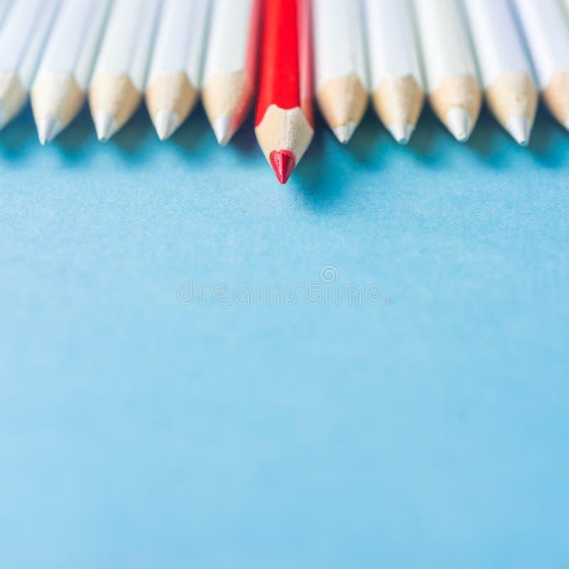 Il lotto delle matite bianche ed il colore disegnano a matita sul fondo della carta blu simbolo del ` s della lotta, della direzi fotografia stock