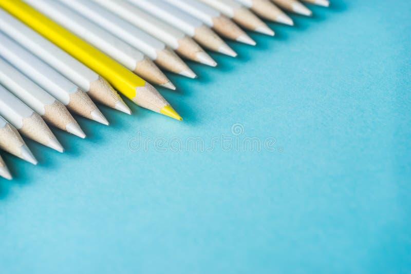 Il lotto delle matite bianche ed il colore disegnano a matita sul fondo della carta blu simbolo del ` s della lotta, della direzi immagini stock