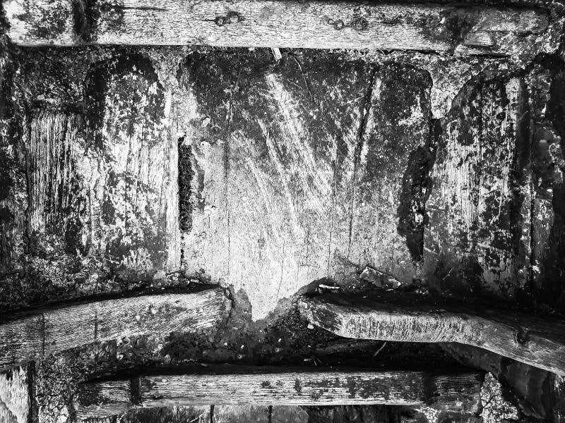 Il lucchetto era vecchia catena che riposa sul vecchio legno per i precedenti Concetto in bianco e nero immagine stock libera da diritti