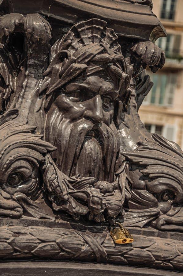 Il lucchetto ha attaccato in ornamento aggrottante le sopracciglia del palo del ferro sopra il ponte alla Senna a Parigi immagine stock