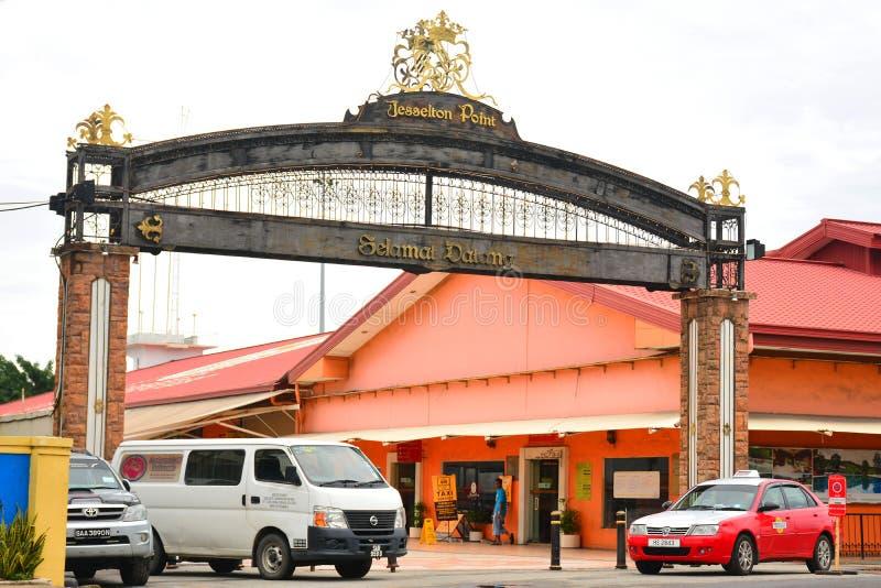 Il lungomare del punto di Jesselton firma dentro Kota Kinabalu, Malesia fotografie stock libere da diritti