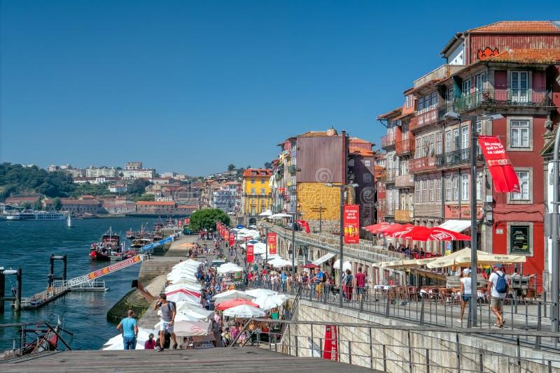 Il lungomare storico di Ribeira, Oporto, Portogallo fotografie stock