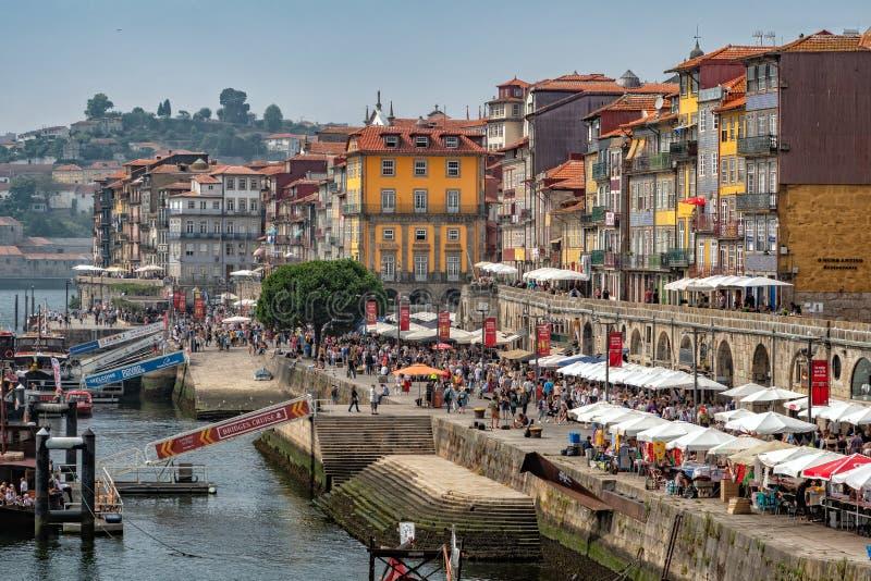 Il lungomare vivace di Ribeira, Oporto, Portogallo fotografie stock libere da diritti