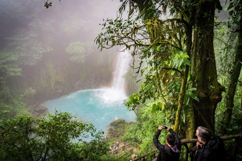 Il lwaterfall blu - Rio Celeste Views intorno a Costa Rica immagini stock