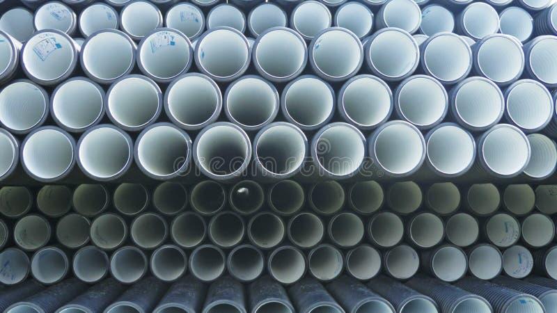Il magazzino di plastica finita convoglia il sito di stoccaggio di industriale all'aperto Fabbricazione di fabbrica di plastica d fotografie stock