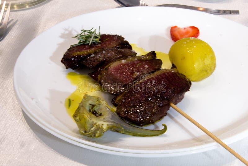 Il magret dell'anatra infilza con potatoe ed il carciofo per il piatto principale immagine stock libera da diritti