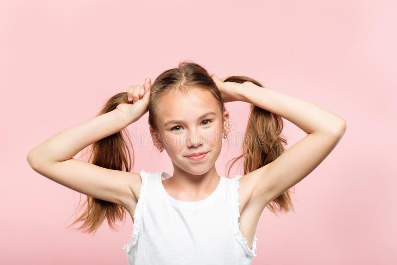 Il maiale allegro della ragazza adolescente munisce lo stile di vita di coda dei capelli fotografia stock libera da diritti