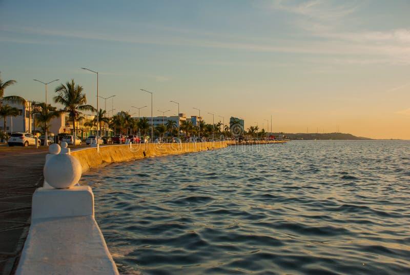 Il Malecon di Campeche Costa di golfo a tarda sera La passeggiata sulla costa in San Francisco de Campeche, Messico immagine stock libera da diritti
