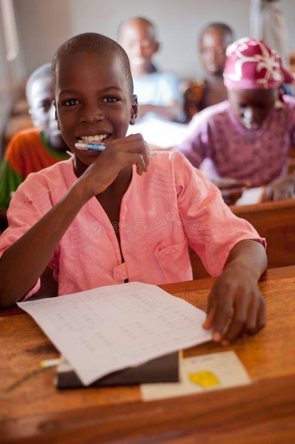 Il Mali - ritratto del primo piano di uno studente nero maschio fotografia stock