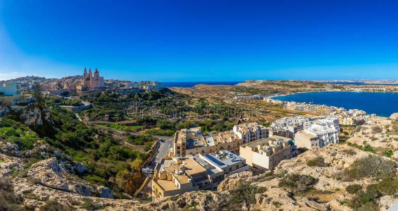 il, Malta - Piękny panoramiczny linia horyzontu widok Mellieha miasteczko na jaskrawym letnim dniu z Paryskim kościół, Agatha rew obraz stock