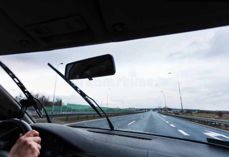Il maltempo che conduce automobile immagini stock