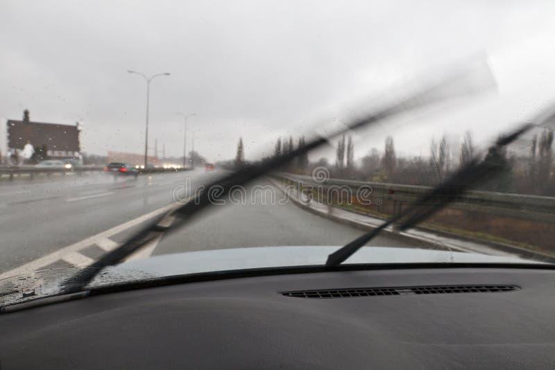 Il maltempo che conduce automobile fotografie stock