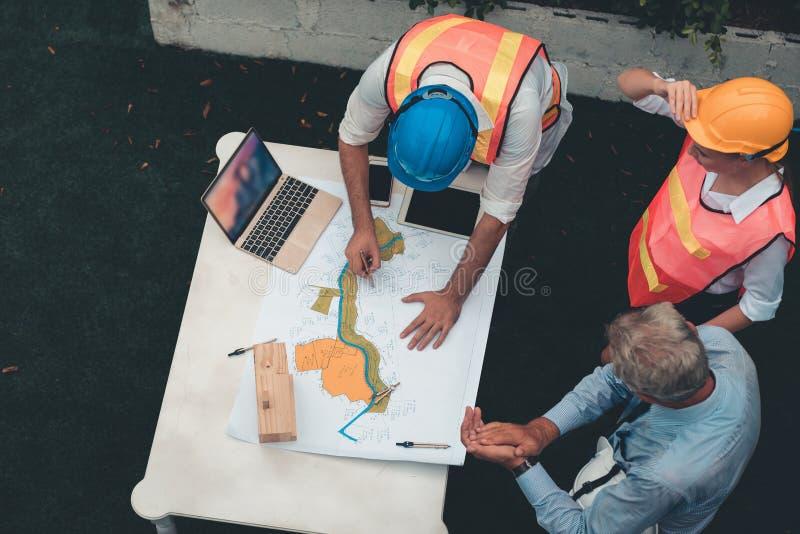 Il management team del progetto dell'ingegnere e l'architetto stanno firmando il co immagine stock libera da diritti