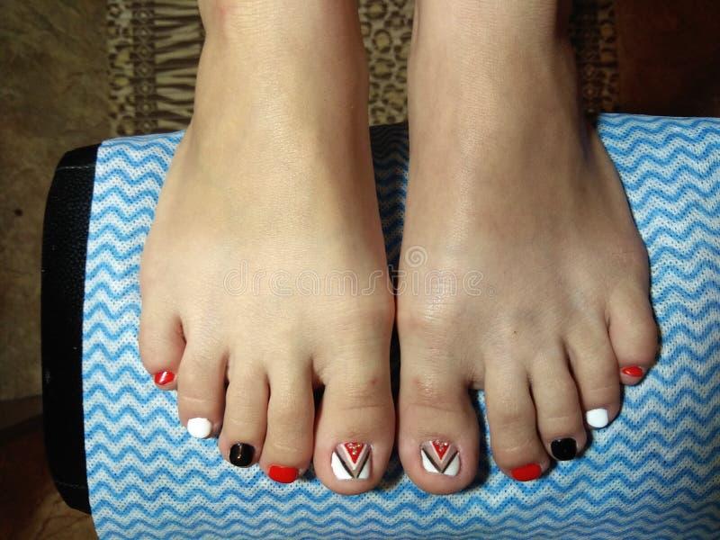 Il manicure eccellentemente ha reso al suo lavoro un bello manicure con un gel polacco sulle sue mani ed il cliente è felice immagini stock libere da diritti