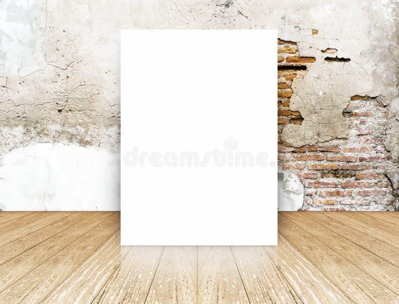 Il manifesto in bianco bianco in muro di mattoni della crepa ed il calcestruzzo pavimentano la stanza, T fotografie stock libere da diritti