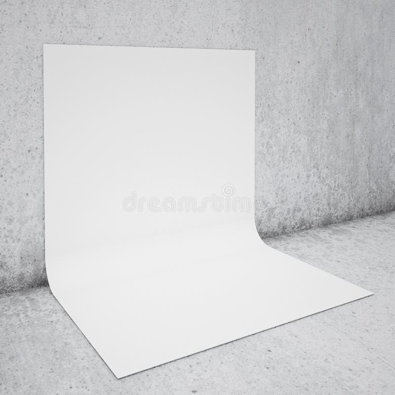 Il manifesto piegato spazio in bianco sul muro di cemento e sul pavimento, deride su fondo fotografia stock