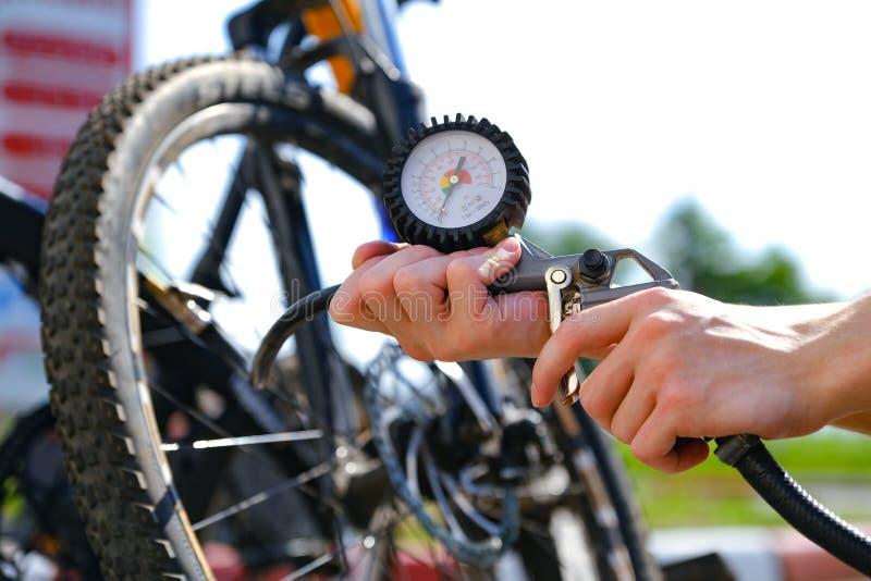 Il manometro del compressore Mostra la pressione d'aria che è pompata nella ruota di bicicletta fotografia stock libera da diritti