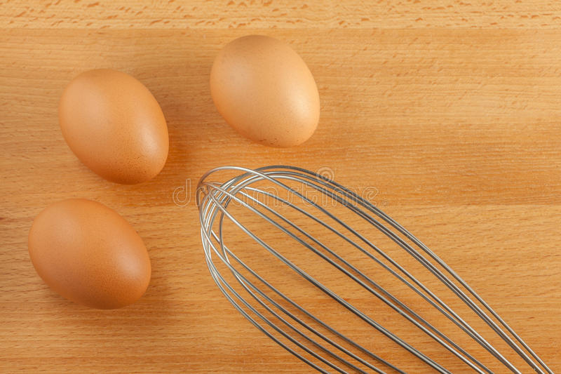 Il manuale sbatte il battitore con le uova fresche fotografie stock libere da diritti