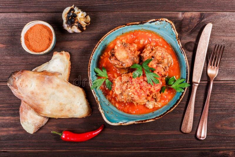 Il manzo al forno con le verdure è servito con la forcella, il pane, spezie su fondo di legno Piatti caldi della carne Alimento c fotografia stock